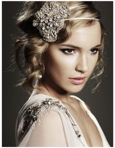 Old Hollywood / vintage style. Loving the accessories and hair n makeup are also gorgeous