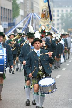 A traditional parade at the OKtoberfest in Munich, Germany. The bavarian beer festival dates back a couple of centuries but is still as active as ever before. Oktoberfest Outfit, Oktoberfest Party, Oktoberfest Hairstyle, Munich Oktoberfest, Munich Germany, Bavaria Germany, Zurich, Beer Festival, Festival Dates