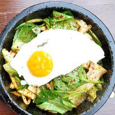 Samstag Nachmittag. Der Magen knurrt. Es ist zu früh für ein Abendessen und zu spät für ein Lunch. Für Ixthys jedoch ist es genau die richtige Tageszeit. Der Koreaner am Winterfeldmarkt ist zu üblichen Essenszeiten nämlich so beliebt, dass es schon ein wenig Glück erfordert, hier einen Platz zu ergattern.
