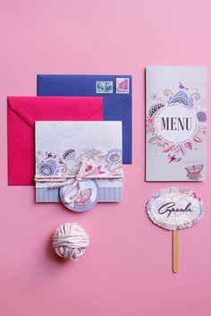 Păsărele, flori și ursuleți cu bujori în obrăjori. O invitație veselă pentru cei care încă zburdă de bucurie când iubesc și care vor să se laude că se iubesc. . #setthedate #design #print #events #weddinginvites #weddingideas #weddinginvitations #custominvites #nunta #invitatiinunta #ideinunta #invites #custominvitations