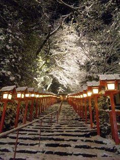 貴船神社の象徴的聖域、本宮表参道。 真冬の夜に「シークレットライトアップ」!