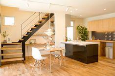 オープンキッチンからはお庭やリビングなどを見渡せる設計。 Stairs, Interior, Table, House, Furniture, Design Ideas, Home Decor, Stone Houses, Stairway