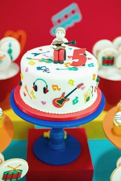 Festinha infantil, Tema música, Caraminholando Music Theme Birthday, Dance Party Birthday, Music Themed Parties, Music Party, Boy Birthday Parties, 2nd Birthday, Bolo Musical, 1st Birthday Pictures, Music For Kids