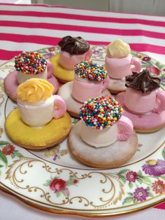 Edible tea cups! How cute are these? Would look so gorgeous for an Alice In Wonderland party.