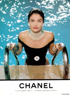 Jewelry for the pool 💦💎💍 … Helena Christensen, Chanel. Photography by Karl Lagerfeld. Karl Lagerfeld, Chanel Vintage, Chanel Fashion, Fashion Beauty, Fashion Fashion, Fashion Models, High Fashion, Fashion Dresses, Fashion Jewelry