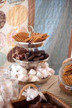 graham crackers, chocolate and marshmallows for smores bar entertaining idea Comida Boricua, Do It Yourself Food, S'mores Bar, Festa Party, Le Diner, Dessert Bars, Dessert Stand, Smores Dessert, Dessert Table
