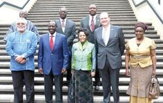 • President Rawlings (left) and Kenya's Vice-President, William Ruto (2nd left), pose with Uniited Nations Volunteers officials after the launch in Nairobi, Kenya.