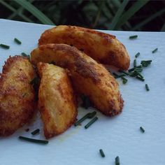 Bratkartoffeln are Germany's answer to home fries. Wedged potatoes are seasoned with curry powder and paprika and baked until crisp. Seasoned Potato Wedges, Potato Wedges Recipe, Seasoned Potatoes, Cottage Fries Recipe, Potato Recipes, Vegetable Recipes, Quiche Recipes, Crockpot Recipes, Cooking Recipes