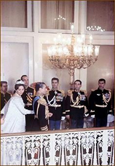 Le mariage de Mohammad Reza Pahlavi, Chah d'Iran avec Farah Diba le 21 décembre 1959 Farah Diba, Pahlavi Dynasty, The Shah Of Iran, Pakistani Mehndi, Persian Pattern, Casa Real, Royal Prince, Stunning Wedding Dresses, Royal Weddings