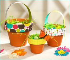 originelle osterdekoration Pflanzenkübel mit Geschenkpapier dekoriert