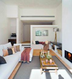 Wohnzimmergestaltung Weisse Waende Bodenfliesen Rustikaler Couchtisch