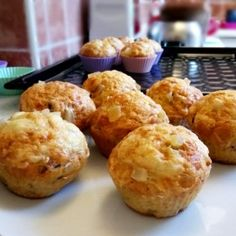 Sajtos muffin benne finomságokkal Muffin, Ricotta, Food And Drink, Breakfast, Cooking, Morning Coffee, Muffins, Cupcakes