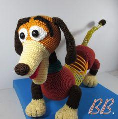 Slinky, the Toy Story dock dog - Galamigurumis Cute Crochet, Crochet Crafts, Crochet Dolls, Crochet Baby, Slinky Toy, Toy Story Slinky, Amigurumi Toys, Amigurumi Patterns, Crochet Patterns