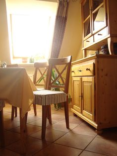 Reggelizőhelyiség hangulat / #breakfastroom #ambient #sunny #boulevardcityhu Dining Chairs, Gallery, Furniture, Home Decor, Dining Chair, Roof Rack, Interior Design, Home Interior Design, Dining Table Chairs