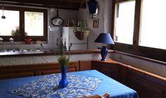 La Dependence ha due piccoli appartamenti, completamente arredati, ognuno con il proprio bagno, angolo cottura, soggiorno, camera da letto, caminetto, frigoriferi ed armadi.