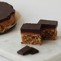 Konfektkake med karamell og sjokoladetopp Lchf, Healthy Snacks, Low Carb, Candy, Cookies, Chocolate, Desserts, Food, Health Snacks
