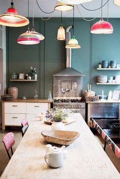 Suspensions colorées et table en bois naturel pour le coin repas de la cuisine