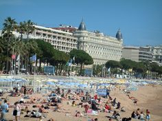 Cannes: The Carlton mansion with its beach - France-Voyage.com