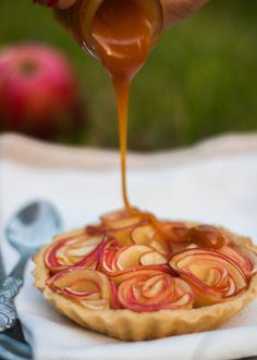 beautiful tart with apple roses & caramel Apple Recipes, Sweet Recipes, Just Desserts, Dessert Recipes, I Love Food, Food Inspiration, Sweet Treats, Food Porn, Cooking Recipes