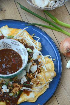 Tahu telor petis Home Recipes, Asian Recipes, Ethnic Recipes, Tofu Omelette, Asian Kitchen, Tempeh, Indonesian Food, High Tea, Sushi