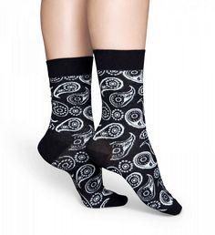 Den vita paisleydesignen på dessa svarta strumpor kombinerar elegans med en modern stil. Slanka och mjuka, dessa bomullsstrumpor ger ultimat komfort och mys för din fötter. Erbjuds i flera olika storlekar så att både kvinnor och män kan njuta av att ha på sig denna överlägsna stil.