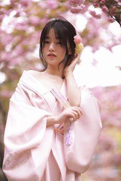 Kimono Japan, Japanese Kimono, Traditional Kimono, Traditional Dresses, Asian Flowers, Japan Girl, The Most Beautiful Girl, Yukata, Woman Face