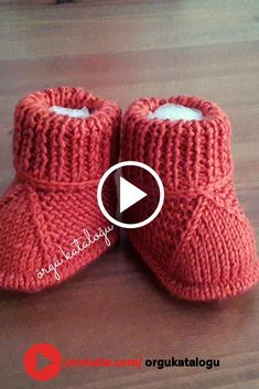 Let& learn together your own fashion accessories, basic and other creative points, techniques and tips to learn or develop the art of crochet and kni. Knitted Baby Boots, Knitted Baby Clothes, Booties Crochet, Crochet Baby Shoes, Crochet Baby Booties, Baby Knitting Patterns, Baby Booties Knitting Pattern, Diy Crafts Knitting, Baby Sweaters