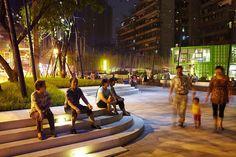 Les marches en gradin donnent aux gens l'occasion de s'asseoir et simplement regarder les autres passer. Project Title: Vanke Chongqing Xijiu Plaza Location: Jiulongpo, Chongqing, China