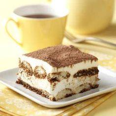 Come preparare l'originale Tiramisù ricetta piatto pronto fetta crema mascarpone cacao amaro in polvere tavola tovaglia gialla tazzina gialla caffè forchetta