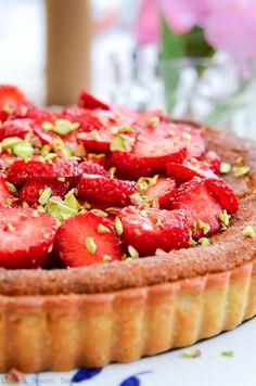 Her kommer så fødselsdagskage no. 2.: Jordbærtærte med pistaciemazarin. Jeg  er helt forelsket i den her kage. Den sprøde tærtebund fyldt med saftig  mazarin , et strejf af pistacie og en top af friske jordbær. Det her er en  af de bedste kager, jeg har smagt og bagt i lang tid.  Som det sommer