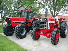 IH 1486 MFD.. Great old vs new shot. Love this one..