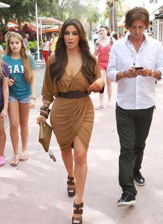 Kim Kardashian - Kim Kardashian Looks At Retail Spaces 2