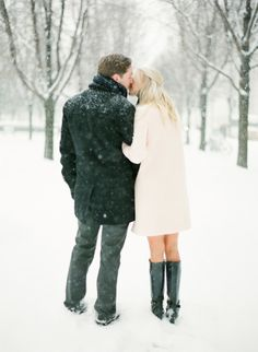 The perfect snowy e-sesh: http://www.stylemepretty.com/2014/03/14/snowy-chicago-engagement-wiup/ | Photography: KT Merry - http://www.ktmerry.com/