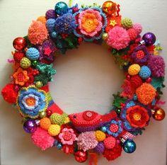 I LOVE this crocheted Christmas wreath!!! ♡♡♡