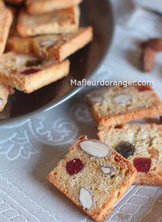 Ces biscuits sont croquants et délicieux ! On aime les servir à 'heure du thé.. Pour plus ou moins 60 biscuits Préparation : 15 minutes Cuisson : 45 minutes 300 g de farine 70 ml d'huile 4 oeufs 150 g de sucre semoule 2 c.s d'eau de fleur d'oranger 1... Biscuit Cookies, Biscuit Recipe, Cake Cookies, Chrismas Cake, Biscuits, Cake Recipes, Dessert Recipes, Dessert Aux Fruits, Small Cake