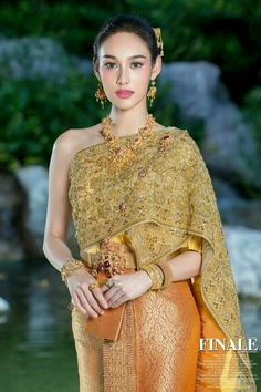 Thai Traditional Dress, Traditional Wedding Dresses, Traditional Fashion, Traditional Outfits, Thailand Outfit, Thailand Fashion, Thai Fashion, Fashion Beauty, Thailand National Costume