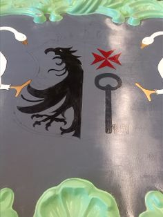 Here you can see we painted the griffin or eagle and the key. The left side is mine (so the griffin) and the right side is gerline´s. we decided to make the griffin black because in heraldic colors it means it's evil. In the original picture the griffin was a lot taller but that didn't fit in the shield, so we made the paw a little smaller and bigger.