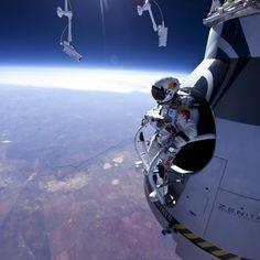 """Austríaco salta de cápsula espacial a mais de 21 mil m de altitude e passa de zona da morte conhecida também como """"Linha de Armstrong"""", localizada a uma altitude de 21.800 m, onde as temperaturas podem chegar até a -60°C."""