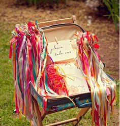 Distribuez des rubans aux invités. | 34 façons créatives d'apporter de la couleur à votre mariage