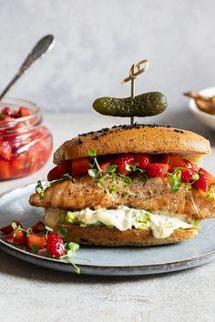 Burger de saumon et salsa de fraises - K pour Katrine Fish And Seafood, Salmon Burgers, Sushi, Sandwiches, Bbq, Food And Drink, Gluten Free, Ethnic Recipes, Cocktails