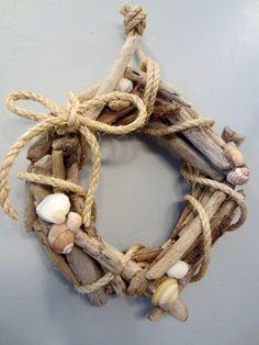 kleiner Kranz aus Treibholz mit Muscheln und Seil