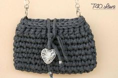 Schema in italiano & English pattern Bag Crochet, Crochet Clutch, Crochet Handbags, Crochet Purses, Love Crochet, Crochet Yarn, Crochet T Shirts, Yarn Bag, Craft Bags