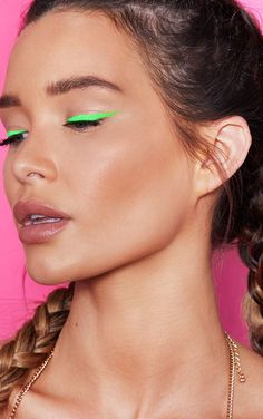 ICONIC FASHION We prepared 2020 autumn-winter makeup trends for you. Let's see which makeup trends will be at the forefront. Eyeliner Looks, No Eyeliner Makeup, Coloured Eyeliner, Eyeliner Liquid, Liquid Liner, How To Do Eyeliner, Simple Eyeliner, Makeup For Green Eyes, Makeup Trends