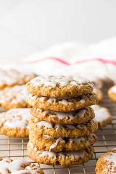Old-fashioned Iced Vegan Oatmeal Cookies! Chewy with soft centers and completely addicting. Vegan Dessert Recipes, Baking Recipes, Just Desserts, Vegan Treats, Vegan Snacks, Vegan Food, Vegan Oatmeal Cookies, Collections, Healthy
