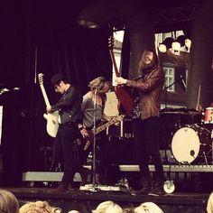#TheBlueVan hæver spaderne og mander sig op! #Odense elsker #torsdagskoncert - regn eller ej. #KongensHave er fyldt! #MitOdense #ThisisOdense www.thisisodense.dk/15196/torsdagskoncert