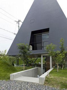 + Arquitetura :     Que tal uma casa diferente? Foi projetada pela Suppose Design Office e esta localizada em Saijo (Japão).