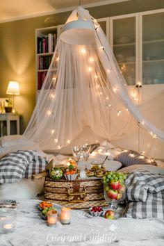 Tipps für ein kuscheliges Indoor-Picknick und Blitz- Rezepte Indoor Picnic Date, Picnic Decorations, 20 Wedding Anniversary, Holidays And Events, Home Living Room, Hanging Chair, Tent, Blitz, Interior