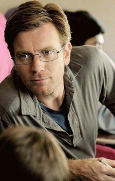 Ewan McGregor in glasses ❤❤❤