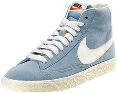 Sneakers donna di ispirazione basket, le Nike Blazer Mid Suede Vintage sono un classico Nike totalmente rinnovato in stile vintage! Tomaia in suede con logo in pelle su entrambi i lati. Lettering sul retro. Suola in gomma vulcanizzata.    Prezzo: 100.00€    SHOP ONLINE: http://www.athletesworld.it/nike-blazer-mid-suede-vintage-nike-5039314