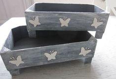 cajas de madera decoradas Pallet Crates, Wooden Crates, Wooden Boxes, Diy Arts And Crafts, Diy Crafts, Pallet Kids, Plastic Crates, Creation Deco, Diy Wood Projects